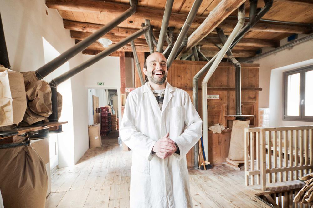 Alberto Pellegrini nel suo antico molino in Trentino